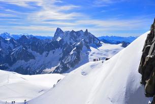 エギーユドゥミディから見るシャモニ針峰群の写真素材 [FYI03373021]