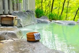 新緑の露天風呂の写真素材 [FYI03373092]