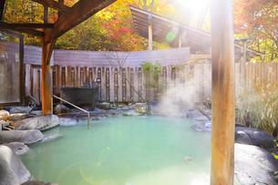 湯けむりの露天風呂の写真素材 [FYI03373099]