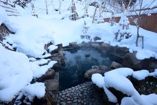 雪の露天風呂の写真素材 [FYI03373111]
