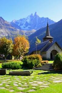 レプラ教会とドリュ、ヴェルト峰の写真素材 [FYI03373153]