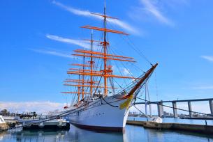 帆船海王丸と新湊大橋の写真素材 [FYI03373175]