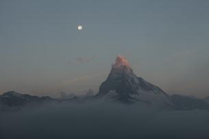 月とマッターホルン オーバーロートホルン の写真素材 [FYI03373240]