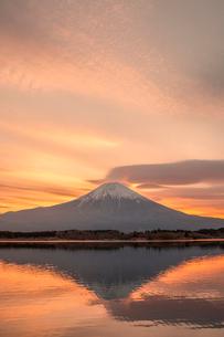 富士山と朝焼けの写真素材 [FYI03373774]