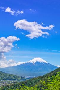 新緑の山と富士山とわた雲の写真素材 [FYI03373782]