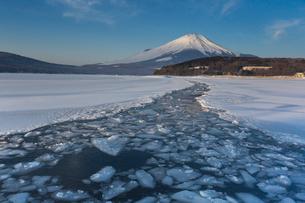 凍結の山中湖の朝景の写真素材 [FYI03374072]