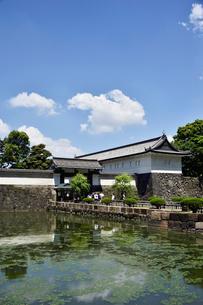 雲が浮かぶ皇居のお堀と大手門の写真素材 [FYI03374126]