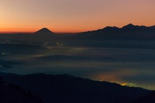 高ボッチ高原より諏訪湖越しの夜明けの富士山を望むの写真素材 [FYI03374144]