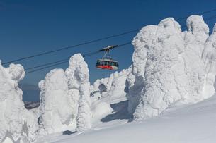樹氷の間を動く八甲田ロープウェーの写真素材 [FYI03374163]