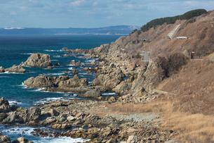 日本海深浦附近の山間を走る五能線の写真素材 [FYI03374235]