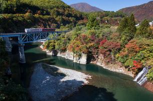 南会津,大川付近を走る会津鉄道を望むの写真素材 [FYI03374286]