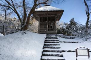 冬の中尊寺 鐘楼の写真素材 [FYI03374294]