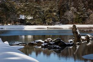 冬の毛越寺庭園の写真素材 [FYI03374299]