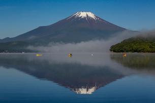 早朝の富士山と釣り舟を山中湖平野地区より望むの写真素材 [FYI03374318]