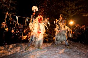 男鹿なまはげ柴灯まつり風景を真山神社にて撮影 なまはげ踊りの写真素材 [FYI03374325]