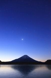 精進湖から望む富士山の写真素材 [FYI03374386]
