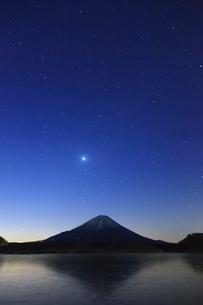 精進湖から望む富士山の写真素材 [FYI03374387]