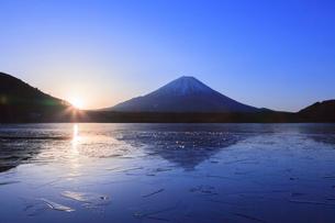 精進湖から望む富士山の写真素材 [FYI03374389]