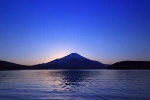 山中湖から望む富士山の写真素材 [FYI03374393]