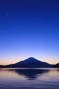 山中湖から望む富士山の写真素材 [FYI03374394]