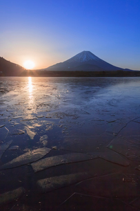 精進湖から望む富士山の写真素材 [FYI03374397]