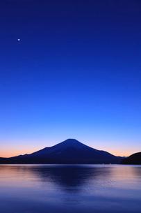 山中湖から望む富士山の写真素材 [FYI03374400]