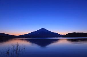山中湖から望む富士山の写真素材 [FYI03374401]