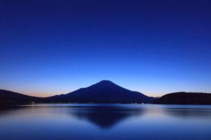 山中湖から望む富士山の写真素材 [FYI03374402]