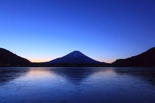精進湖から望む富士山の写真素材 [FYI03374403]