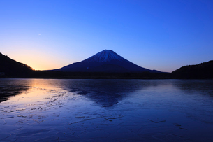 精進湖から望む富士山の写真素材 [FYI03374404]