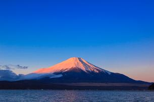 山中湖よりのぞむ富士山の写真素材 [FYI03374408]