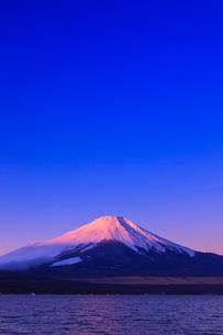 山中湖よりのぞむ富士山の写真素材 [FYI03374410]