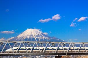 新幹線と富士山の写真素材 [FYI03374412]