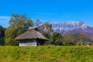 茅葺の農小屋と伯耆大山の写真素材 [FYI03374723]