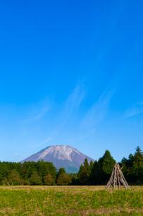 大山と棚田の稲架木の写真素材 [FYI03374724]