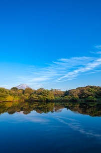 水面に映る伯耆大山とスジ雲の写真素材 [FYI03374756]