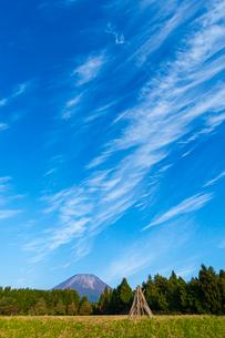 伯耆大山とスジ雲の写真素材 [FYI03374759]