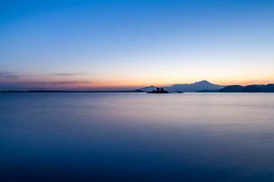 黎明の中海から望む大山の写真素材 [FYI03374794]