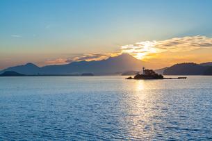 中海から望む大山と朝日の写真素材 [FYI03374798]