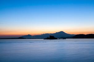 黎明の中海から望む大山の写真素材 [FYI03374799]
