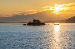 中海から望む大山と朝日の写真素材 [FYI03374802]
