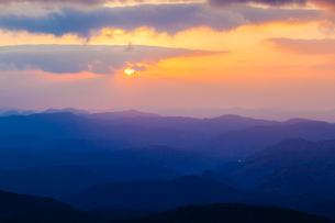 中国山地の山並みと朝日の写真素材 [FYI03374871]