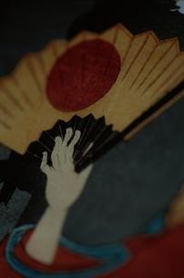 日の丸の扇子を持つ人物  三代豊国の作品のイラスト素材 [FYI03374983]