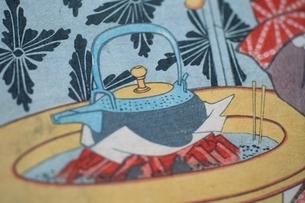 急須を沸かす火鉢  三代豊国の作品のイラスト素材 [FYI03374988]