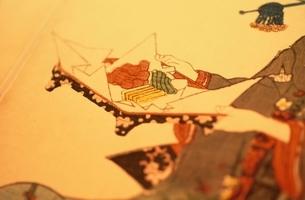 手でお膳を運ぶ人物  三代豊国の作品のイラスト素材 [FYI03374994]