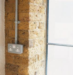 窓とスイッチとコンセントの写真素材 [FYI03375049]