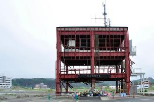 防災対策庁舎と設けられた祭壇の写真素材 [FYI03375132]