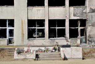 2013.3.11門脇小学校に設置された祭壇の写真素材 [FYI03375174]