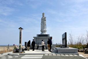 東日本大震災慰霊の塔と訪れた人々の写真素材 [FYI03375179]