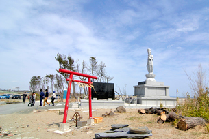 東日本大震災慰霊の塔と訪れた人々の写真素材 [FYI03375184]